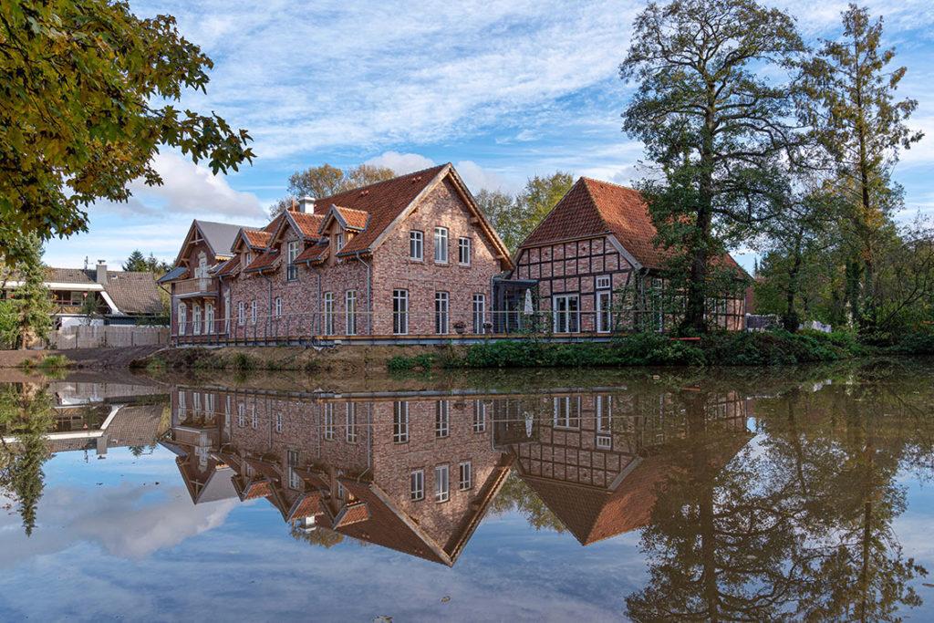 Foto vom Mühlenensemble mit Teich in Neubruchhausen