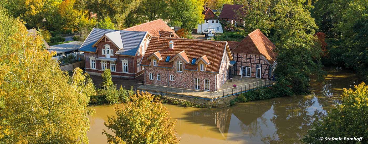 Hotel und Mühlenensemble mit Mühlenteich
